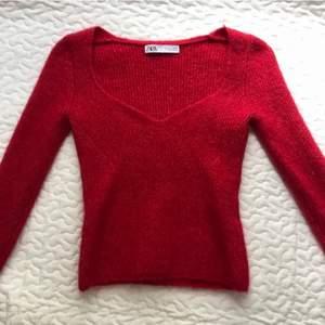 Stickad tröja från Zara med så fin urringning❤️ väldigt liten i storleken så passar s-m