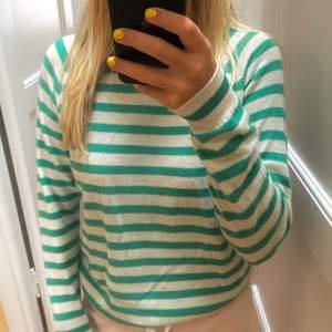 Säljer denna sjukt populära tröja från zara som jag köpte för en vecka sedan. Det är inte riktigt min stil så har bestämt mig för att sälja den nu. Nypris 550kr och säljer för 300kr! Använd endast 1 gång men den är lite nopprig (man kan se det om man zoomar in) inget som syns speciellt mycket. Den är i storlek S. Hoppas nån är intresserad💞