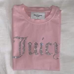 HELT oanvänd Juicy tröja. Köpt för ett tag sen men inte riktigt min stil. Kanske passar den bättre i din garderob 💞 (HÖGSTA BUD 200kr)