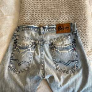 Replay jeans, lågmidjade. Innerbenslängd: 83 & midjemått inre omkrets: 87cm. Frakt tillkommer, hör gärna av dig vid frågor!