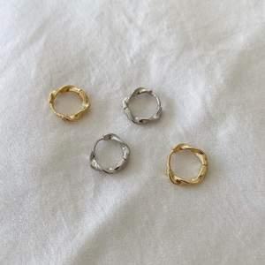 Superfina örhängen i både guld och silver, finns att köpa. De är i sterling silver samt den i guld är guldpläterad. De går även att köpa styckvis för 69kr styck, men ett par för 119kr💘 Skriv till mig privat om du är intresserad! Frakt kostar 15kr