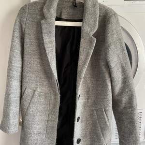 Höst kappa (grå) fint skick bara använd en höst, från h&m, 250kr inkl frakt alltså står jag för frakten💙