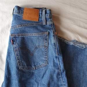 Pga oseriös köpare publiceras jeansen på nytt. Sparsamt använda och i fint skick! Avklippta så dom slutar precis över fotknölen på mig som är 164cm, rekommenderas därför till dig som är 160-164cm lång så dom inte blir för korta. Postas för 55kr.