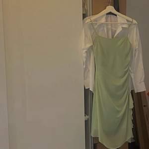 Festklänning i jätte bra skick köpt secondhand. Säljs för att den endast använts en gång.