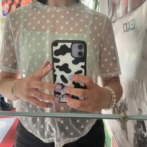 En jättefin vit genomskinlig med vita prickar över hela! Kan både vara gullig och cool beroende på hur man vill styla den! Obs jag säljer ej det gröna linnet utan bara den vita tröjan! Köpren står för frakt - 24kr💓💓