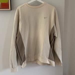 Den perfekta 90-tals tröjan från Nike! Bruna detaljer längst sidorna, lite oversized🌟
