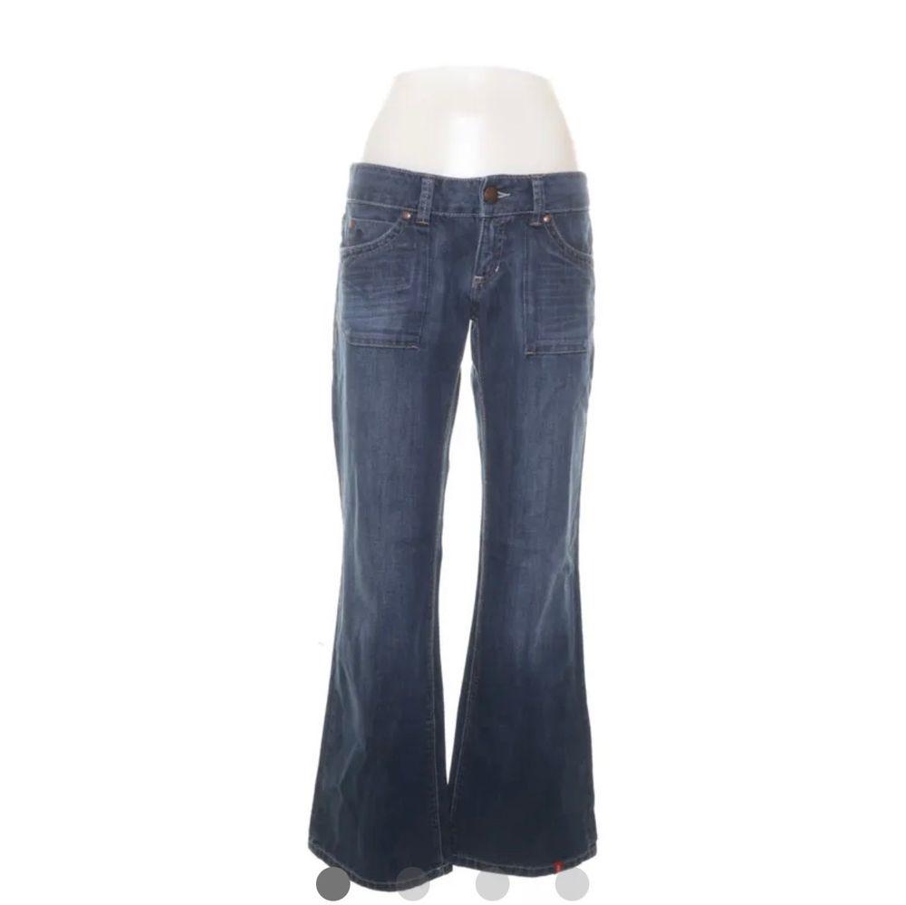 lågmidjade jeans från esprit köpta second hand som tyvärr är för små. mycket bra skick! vida i benen. buda i kommentarerna!. Jeans & Byxor.