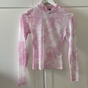 Säljer min transparent rosa/ vit dimmigt färgade topp från hm, använt den en gång