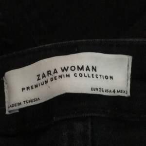 jättesnygga bootcut jeans från zara som jag skulle tänka mig att sälja, säljer endast vid bra bud!🖤 Jag är 170 och dom sitter perfekt i längden på mig, frakt på 66kr tillkommer, skriv privat för bud eller fler bilder 🖤