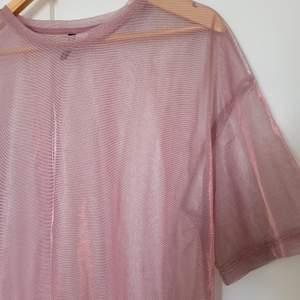 En tröja i mesh. Köpt sommaren 2019, använt max 2 gånger. Den är oversize så passar perfekt till cykelbyxor på sommaren 🌞