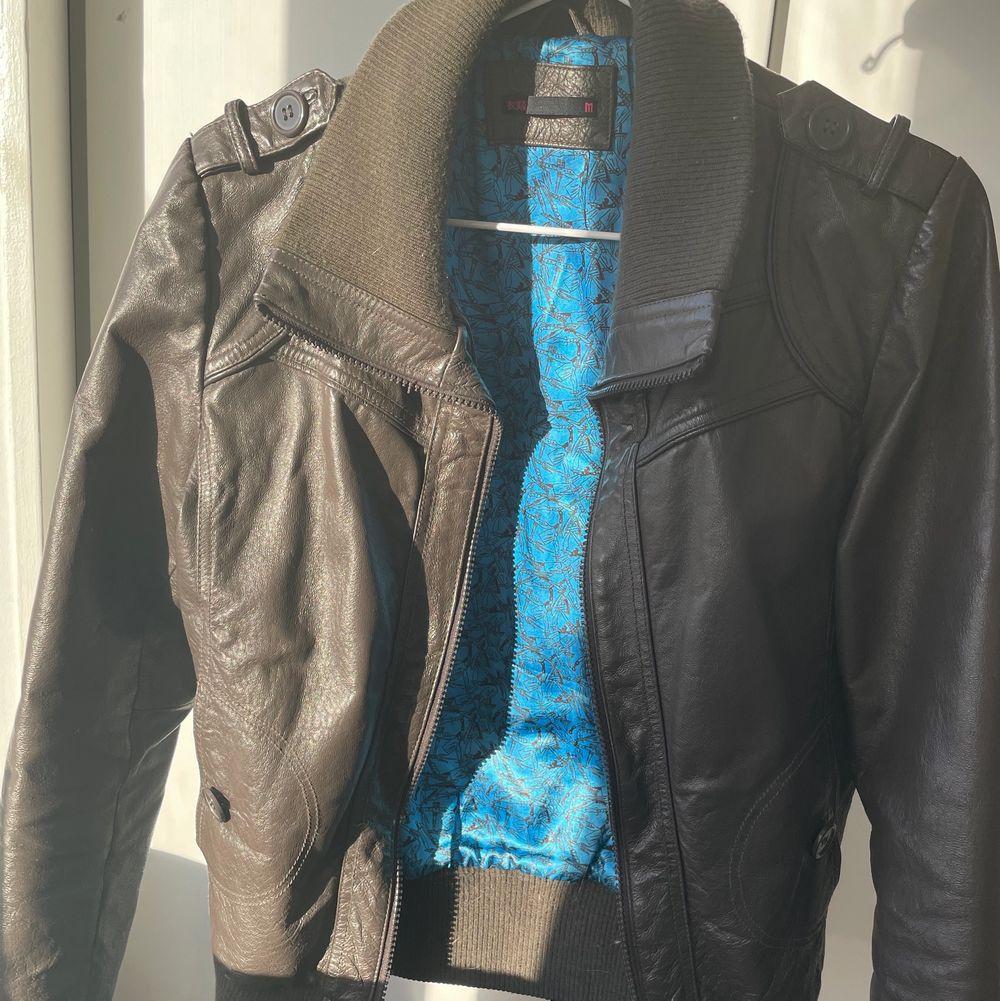Säljer denna snygga bruna skinnjacka jag köpte second hand! Fint skick, köparen betalar för frakt😊. Jackor.
