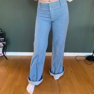 Säljer dem här vintage jeansen från 70-talet som är i storlek XS. De är i bra skick och på andra bilden kan man se att de inte har några fickor. Buda!