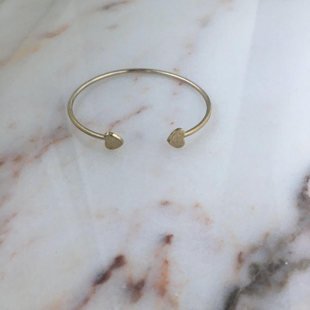 Snyggt guld armband som piffar upp hela outfiten! Vintage och snyggt, ärvd från tidigt 2000-tal. . Accessoarer.