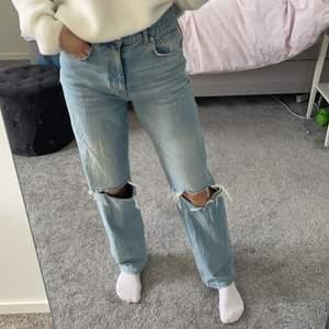 Jättepopulära jeans från Gina. Jättebra skick. Säljer pågrund ut av att ja inte använder dom så mycket länge. Köpte för 600 säljer för 300