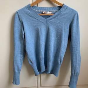 En ljusblå stickad tröja i M som passar mig med XS/S. Sitter tajtare vid midjan och har långa ärmar som går över händerna.