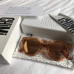 Säljer mina helt oanvända Chimi Eyewear solglasögon. Modell: #003. Färg: Peach Mirror. Medkommer fodral, putsduk, tygfodral och låda. Köpta för 999 kr. Säljer nu för 349 kr. ➡️OBS! Nu sänkt pris till 299 k⬅️