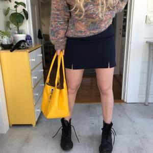 Mörkblå tajt kjol köpt nyligen från humana, aldrig använd, lapp kvar