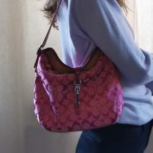 Såå snygg väska från coach. Väskan är vintage och i riktigt bra skick för att vara så gammal. Skriv för fler bilder!