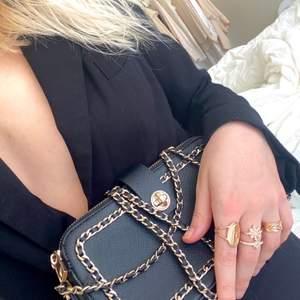 Såå snygg väska med guldkedja 🌹 ringar: 30kr/st - väska: 57 kr frakt.