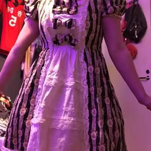"""Bodyline klänning i """"Floral Cameo Wallpaper"""" print. Storlek S/M, rosetter och lace kräver en strykning men annars nyskick!"""