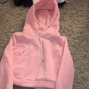 En rosa hoodie i storlek s men känns mer som xs, frakt betalas av säljaren!