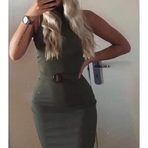 Snygg klänning som sitter som en smäck på kroppen! Storlek 4, men mer som en storlek 6 enligt mig då den är stretchig, vilket motsvarar 36.