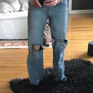 Sjukt snygga jeans som sitter perfekt båda fram och bak! Fick hem två likadana par av dem så därför säljer jag dessa❤️