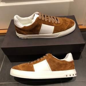 Säljer dessa Valentino Flycrew sneakers, Skorna är oanvända och i storlek 40 men passar som 41. Allt OG medföljer