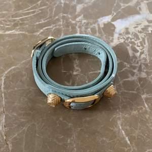 Säljer mitt fina balenciaga armband som knappt är andvänt. Äktighetsbevis finns!! Unik färg som inte många har. Nypris: 1 700kr❤️buda i kommentarsfältet över 1 000