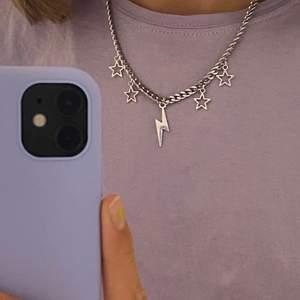 Lägger ut detta populära halsband igen💜 Frakt 12kr. Går att välja berlocker själv💘 Fler smycken på insta @sthlm.jewelry💜