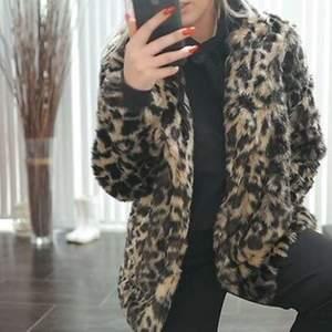 Jag säljer min leopardjacka i storlek 36. Den är använd Max 10 gånger och är i jättefint skick. Alla knappar fungerar. Köparen står för frakten. Nypris 699kr 💓💓💓