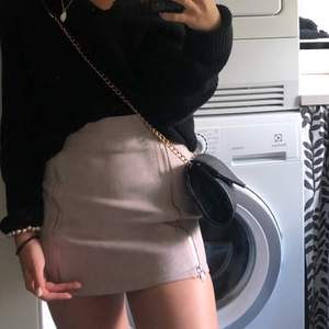 Jättefin kjol från missguided petite i fake mocca. Färgen syns bäst på bild 1. Formar sig jättefint efter kroppen. Frakt tillkommer 🤍