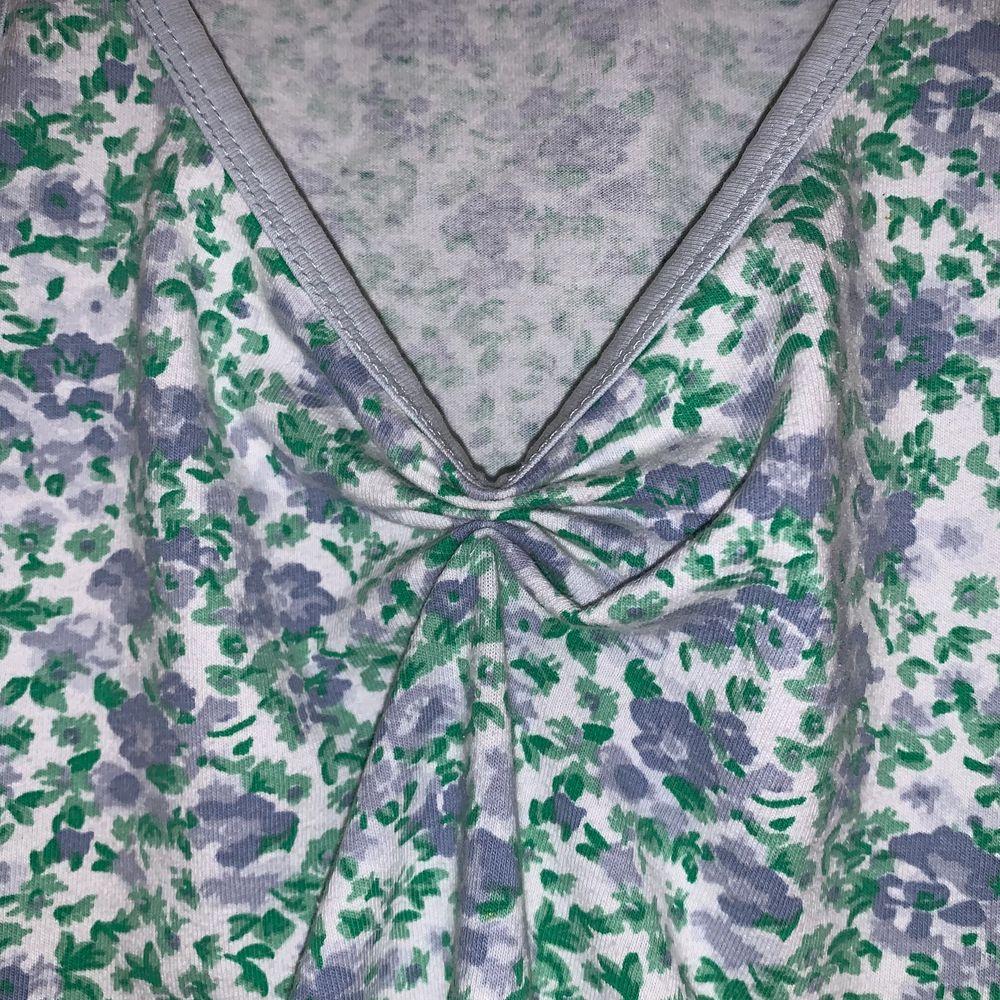 Somrigt och sött linne från Vero Moda som jag croppat och sytt ruched-detalj på vid bröstet! 🌸🍃 Står storlek XS, passar mig med S.. Toppar.