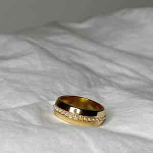 Säljer dessa super gulliga ringar 💕 så simpla och coola!! Kostar 35kr + 12kr frakt!❤️  (man får med andra ringar dom surprise!)❤️ finns i storlek S, M, L