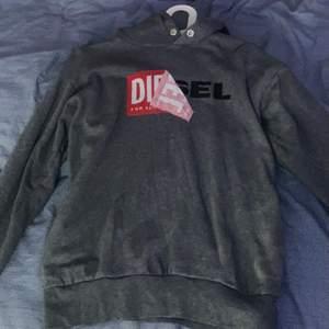 Jättefin hoodie från diesel. Finns en liten slitning på ena ärmen (se bild) men i övrigt jätte fin. Pris 100kr + frakt 💓