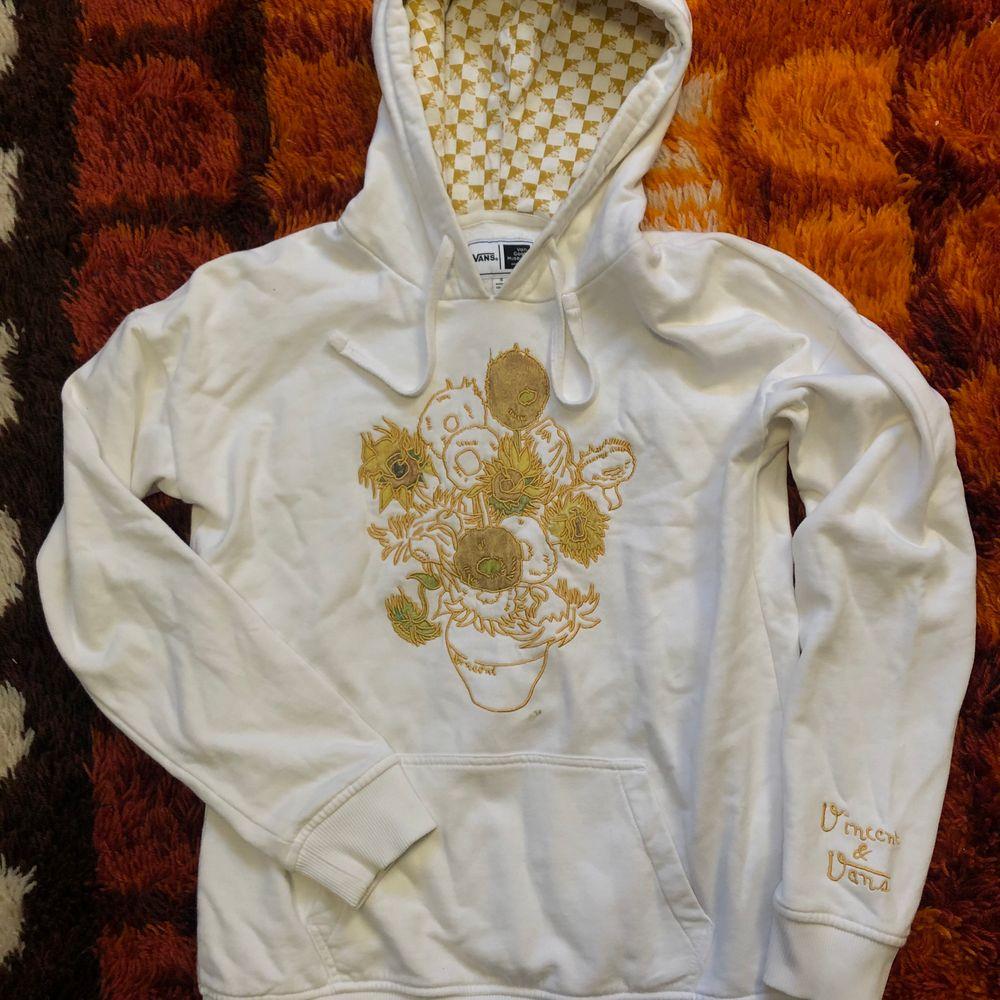 Säljer denna jättefina Vans x van Gogh hoodie som tyvärr inte blir lika mycket använd som jag hoppats. Väldigt fint skick, dock har det kommit en liten fläck på tröjan (se bild 3). Har inte testat ordentligt om den går bort i tvätten men skulle tro att med lite medel så försvinner den lätt! Storlek S. Går att mötas upp i Hagfors eller så skickas den med posten där köparen står för frakten! . Huvtröjor & Träningströjor.