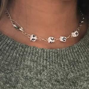 Handgjort halsband som jag säljer för 40kr plus frakt (10kr). Halsbandet är ungefär 40cm långt och reglerbart. Kontakta mig gärna för frågor ☯️🌱