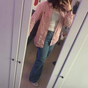 jätte snygg polo röd randig skjorta! Den passar jätte bra oversized över ett vitt linne på tex sommaren, det är pappas gamla skjorta som han hade när han var tonåring men den är i jätte bra skick och äkta!