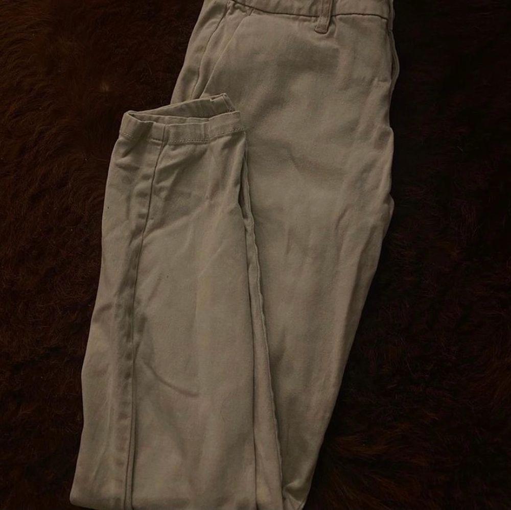 Säljer nu mina ljusa fina chinos så dem är försmå för mig!. Jeans & Byxor.