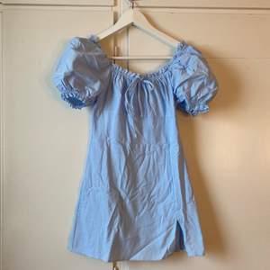 Super fin babyblå klänning ifrån Shein☺️ i storlek XS med en liten slits längst ner och puff armar💖 yttligare frågor kontakta mig❣️