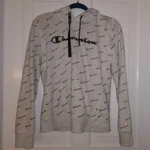 Fin champion hoodie, inte använd mycket 💞strl M men passar S bättre 💞