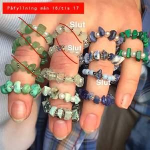 """Priser: en för 19kr, (vissa 20kr), två för 34kr, tre för 55kr! Vissa pärlor är smaragder och är då väldigt lyxiga, av ex äkta soladit, rosen kvarts och ameteyst vilka ger dig fördelar och energier genom dina fingrar. Exempelvis, rosenkvarts är en kristall som kallas för """"kärleks Sten"""" tack vare de varma o positiva energier den kommer med. Sodalit är en sten för självförtroende, självkänsla, självutveckling och självacceptans. Dessa är gjorda i elastiska band så träs på perfekt för alla. Ta en screenshot o ringa in vilka du är köpintresserad av, så skriver jag priset. Kostar från 16 kr"""