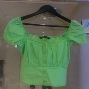 Ajajaj nu säljer denna favorit! Zara topp i riktigt najs grön färg, storlek XS men passar även S (då jag är en S)