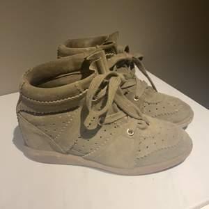 Äkta Isabel marant skor, kommer med originalbox och dustbag! Storlek 39. Sjukt snygg militärgrön färg på skorna och varsamt använda, ser nästan ut som nya!! Köpta på Nathalie Shutterman för 5000kr