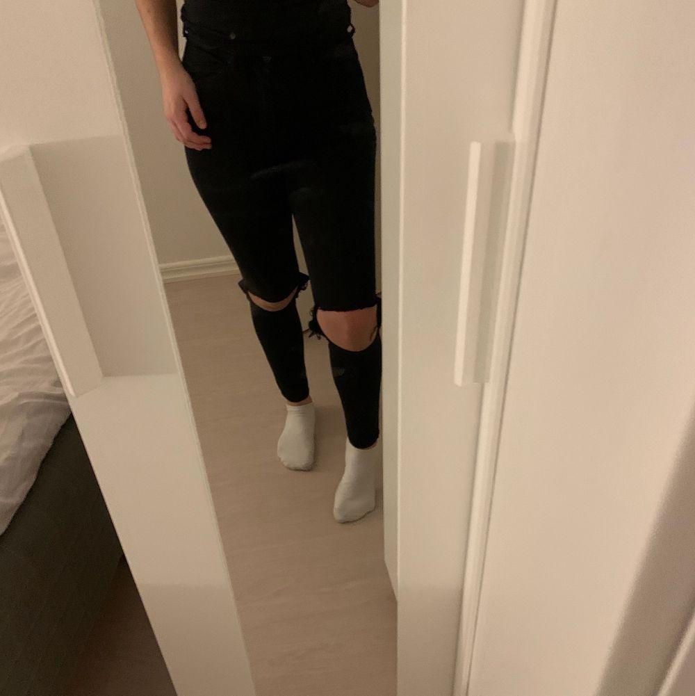 Svarta jeans från gina som jag själv klippt hål i! Jättefina jeans och det är inte en utfärgad svart utam de är i princip helt nya! Säljer pga använder inte då de blivit för små och inte min stil längre! Är i storlek xs men passar ävem mig som är en S i byxor!. Jeans & Byxor.