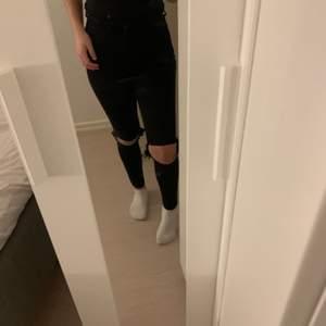 Svarta jeans från gina som jag själv klippt hål i! Jättefina jeans och det är inte en utfärgad svart utam de är i princip helt nya! Säljer pga använder inte då de blivit för små och inte min stil längre! Är i storlek xs men passar ävem mig som är en S i byxor!
