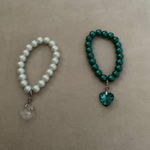 Ett sett med två armband, samma modell men ena är en jättefin grön och den andra vit, båda är i bra skick och knappt använda, frakt tillkommer