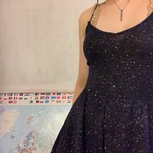 Glittrig fin jumpsuit. Byxben men ser ut som om det är en kjol. Välldigt skönt och stretchig material.❤️ Inte använd och därför i nyskick. Perfekt till nyår eller andra festliga tillfällen❤️