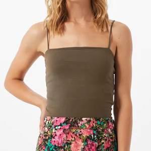 De populära linnet ifrån Gina Tricot, säljer ett sådant grönt på bilden men även ett rött i samma modell! 🦋 40 kr st eller båda för 60
