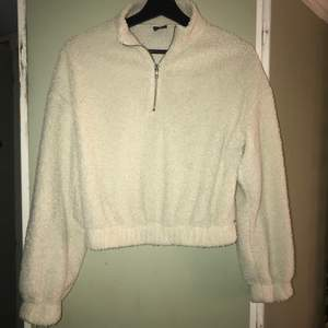 Skön tröja från Gina Tricot. Använd men inget som syns. Mysig och skön men kommer inte till användning